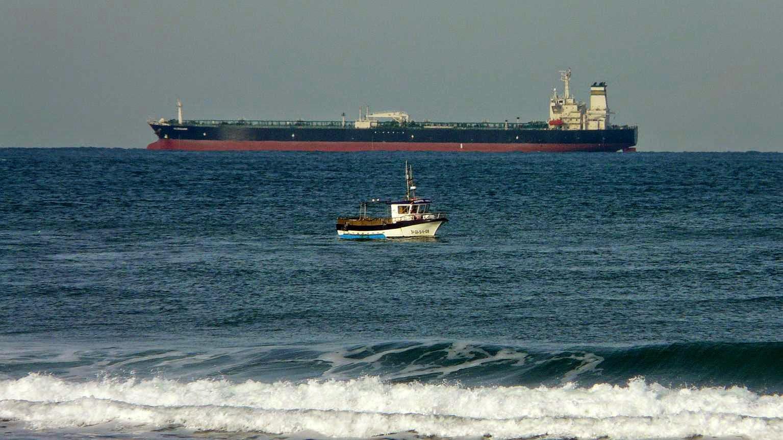 pesquero y carguero frente a sopelana