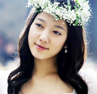 Actress Website: Park Shin Hye First Korean Actress to Hold Fan