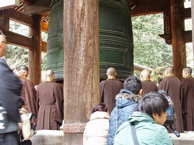 先に僧侶らが念仏を唱えた。