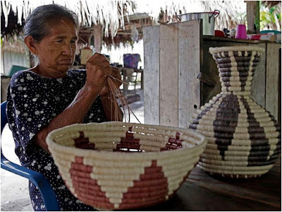 Mujer haciendo cestos