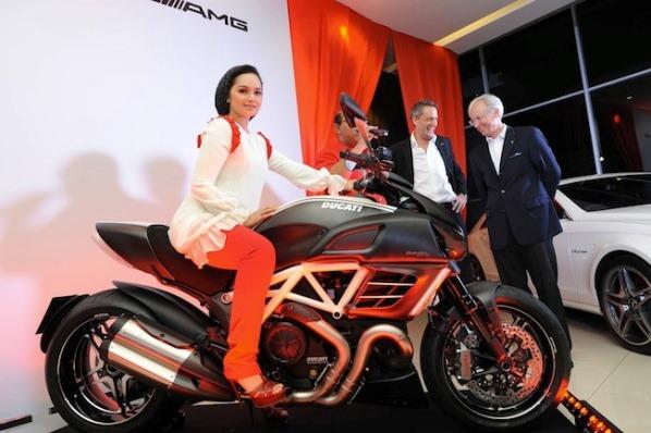 Gambar Dato Siti Nurhaliza superbike Ducati Diavel AMG