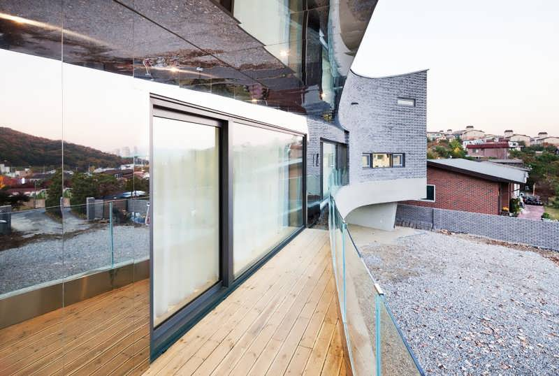 CONTEMPORARY CURVING HOUSE FEATURES A CURVING SHAPE WHICH - Curving house joho architecture