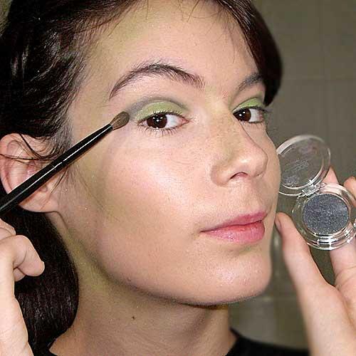 monika sanchez aplicando sombra negra para disfraz de bruja