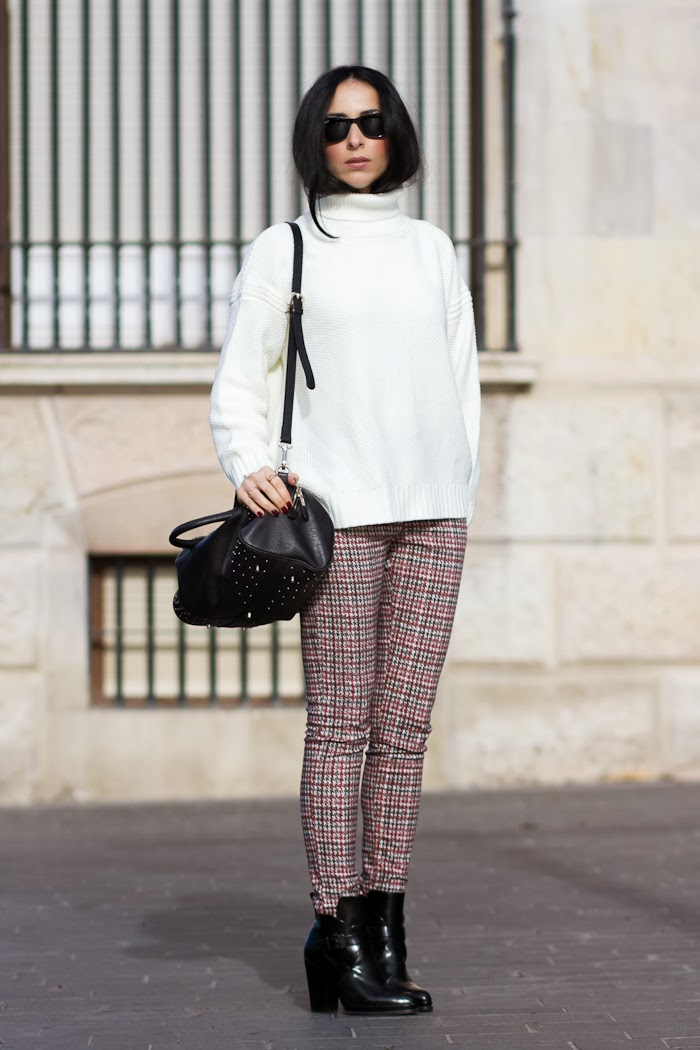Blogger española de moda con look con pantalones estampado pata de gallo y jersey de cuello alto