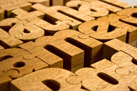 オリジナルデザインの木のアルファベットでインテリアをオレンジ