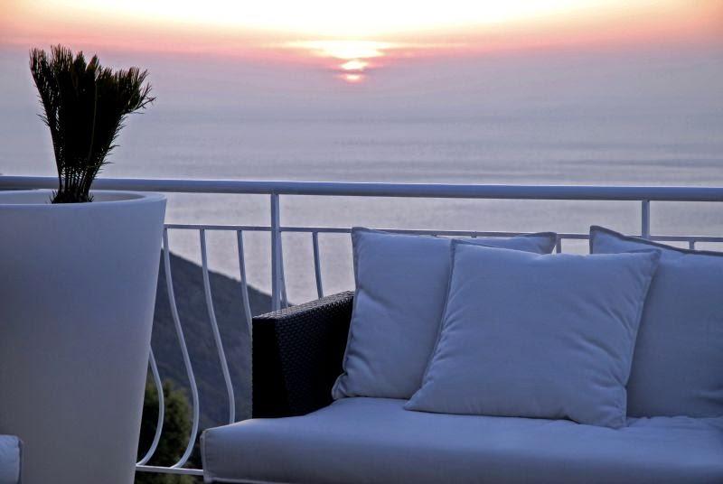 Terrasse et coucher de soleil à l'hôtel Capo Rosse