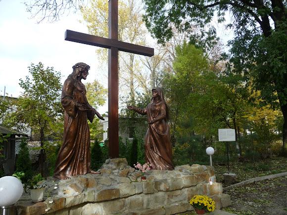 Самбор. Территория Собора Покрова Пресвятой Богородицы. Скульптурные композиции эпизодов Крестной дороги Иисуса Христа