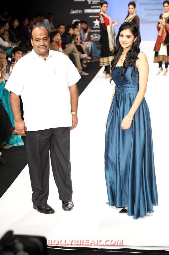 , Neha Lulla, Preeti Desai Walk The Ramp At Iijw 2012