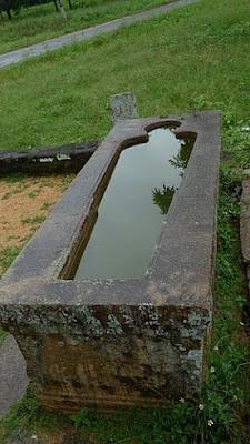 гранитная ванна в древнейшей больнице Михинтале, первое лечебное учреждение в истории, на Земле