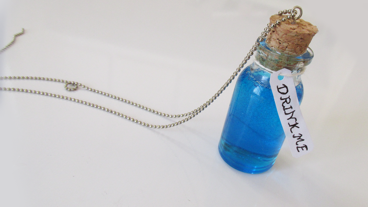 "DIY: Como Fazer Poção ""Drink Me"" Alice no País das Maravilhas (Bottle Charm Alice in Wonderland)"