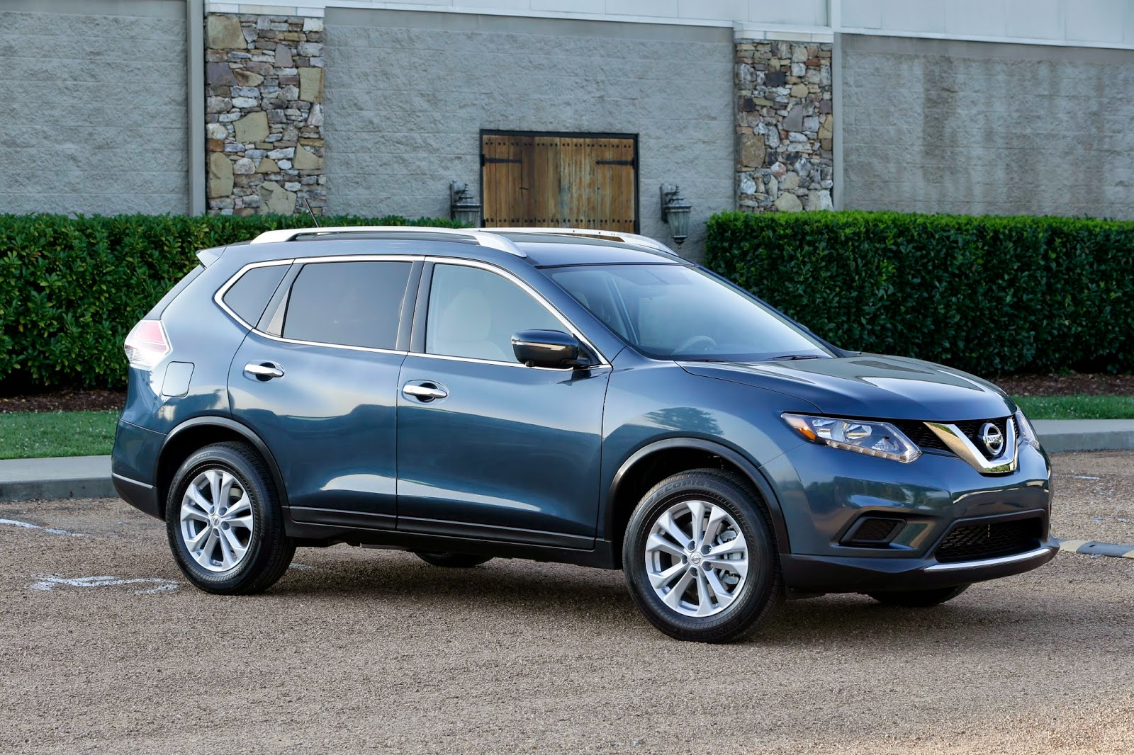 Front 3/4 view of 2014 Nissan Rogue