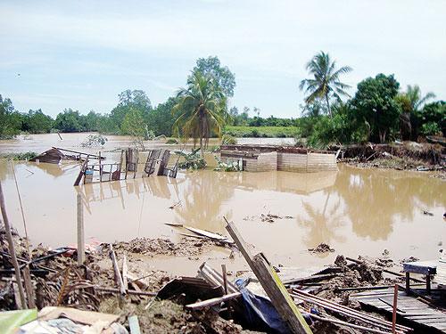 Lima buah rumah kayu yang ranap dalam kejadian tanah runtuh di rumah