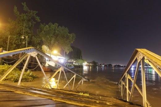 Gambar Fenomena Air Pasang Besar Di Sungai Sarawak 20-1-2015