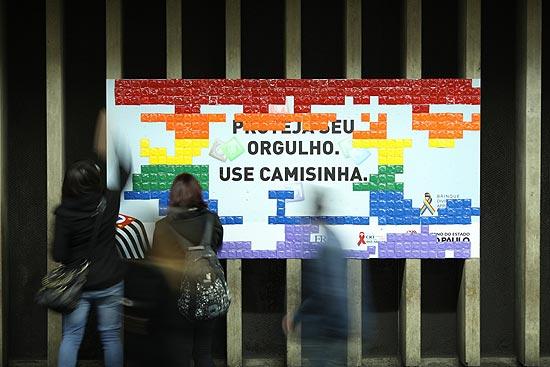 Painel gigante com 5 mil camisinhas na estação República da campanha 'Proteja seu orgulho' (Foto: Divulgação)