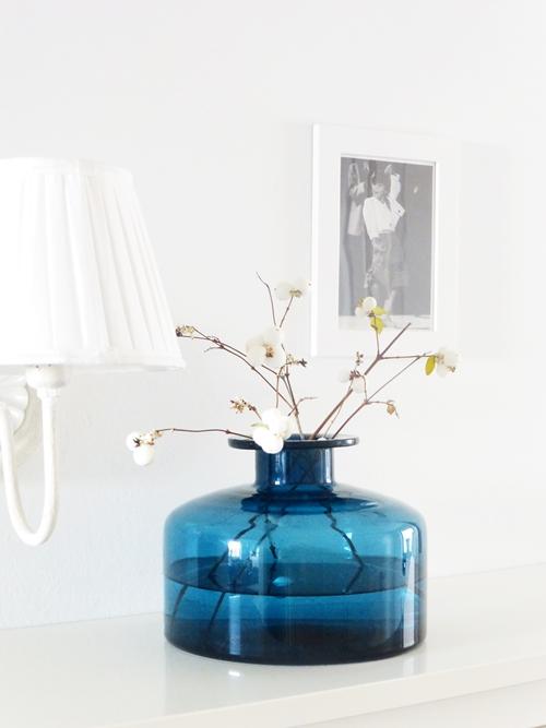 Interiorstyling Dekoration Schneebeeren Knallerbsen in Glasflasche blau weiß