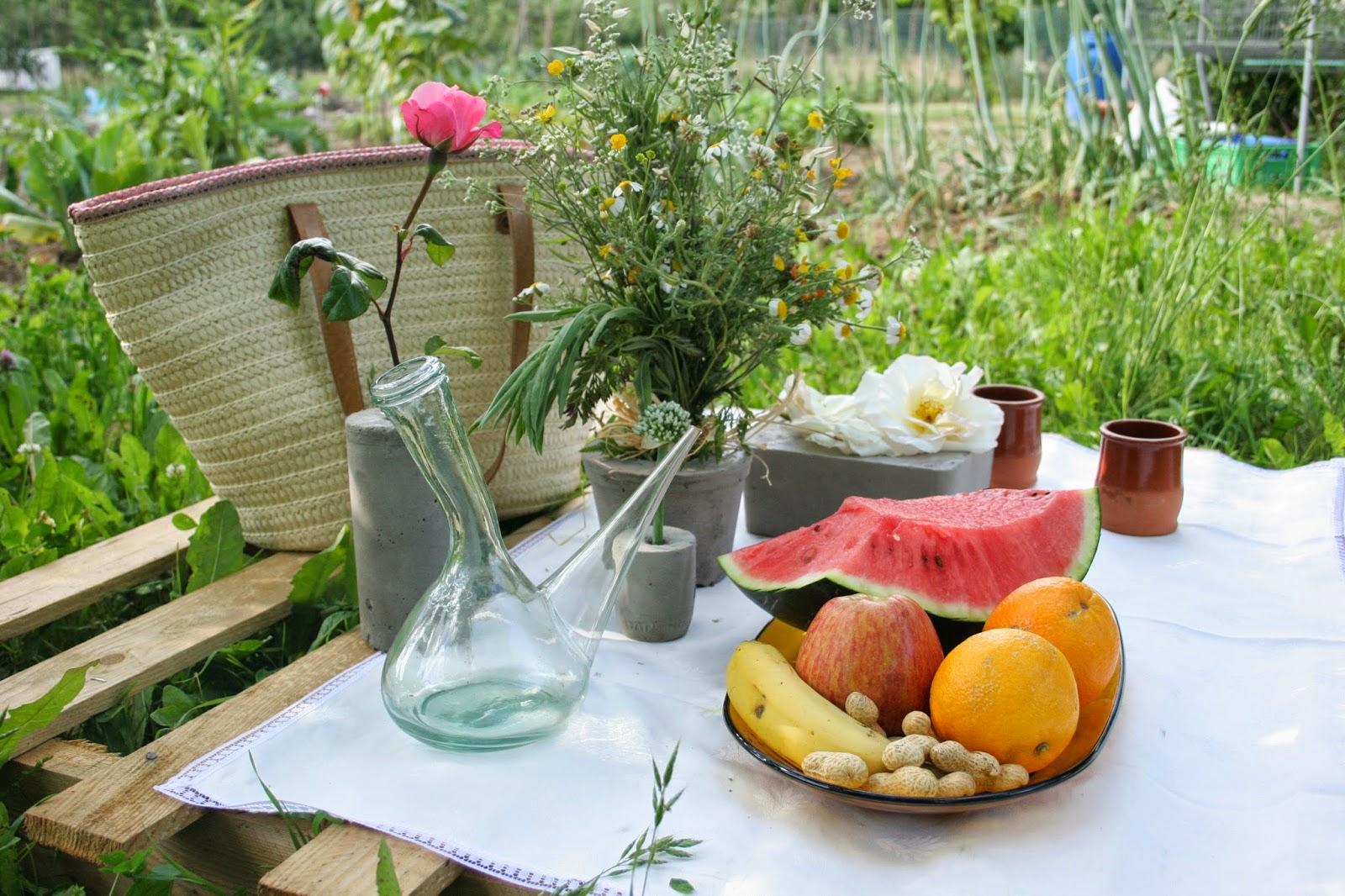 Mi niña decorando la mesa del picnic del huerto con un palet y los diy floreros de cemento3