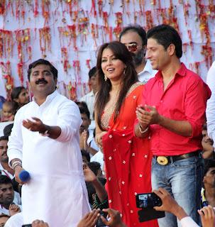 Shahrukh Khan at Dahi Handi Celetion organized by Ram Kadam in Mumbai %289%29.JPG