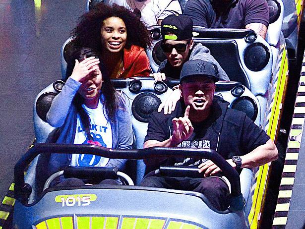 Justin Bieber se sube montaña rusa