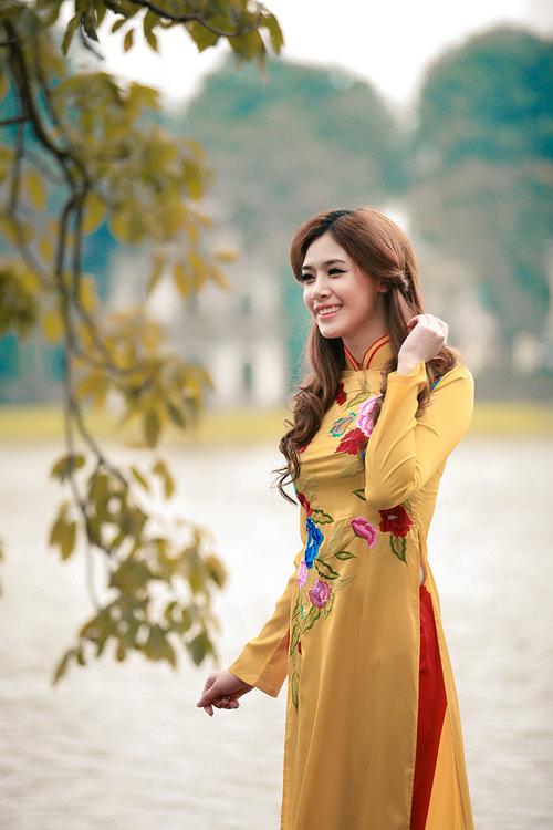 Hot girl Na Na áo dài bên hồ Gươm