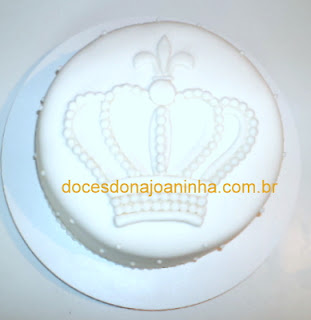 Bolo decorado com coroa de príncipe ou de princesa