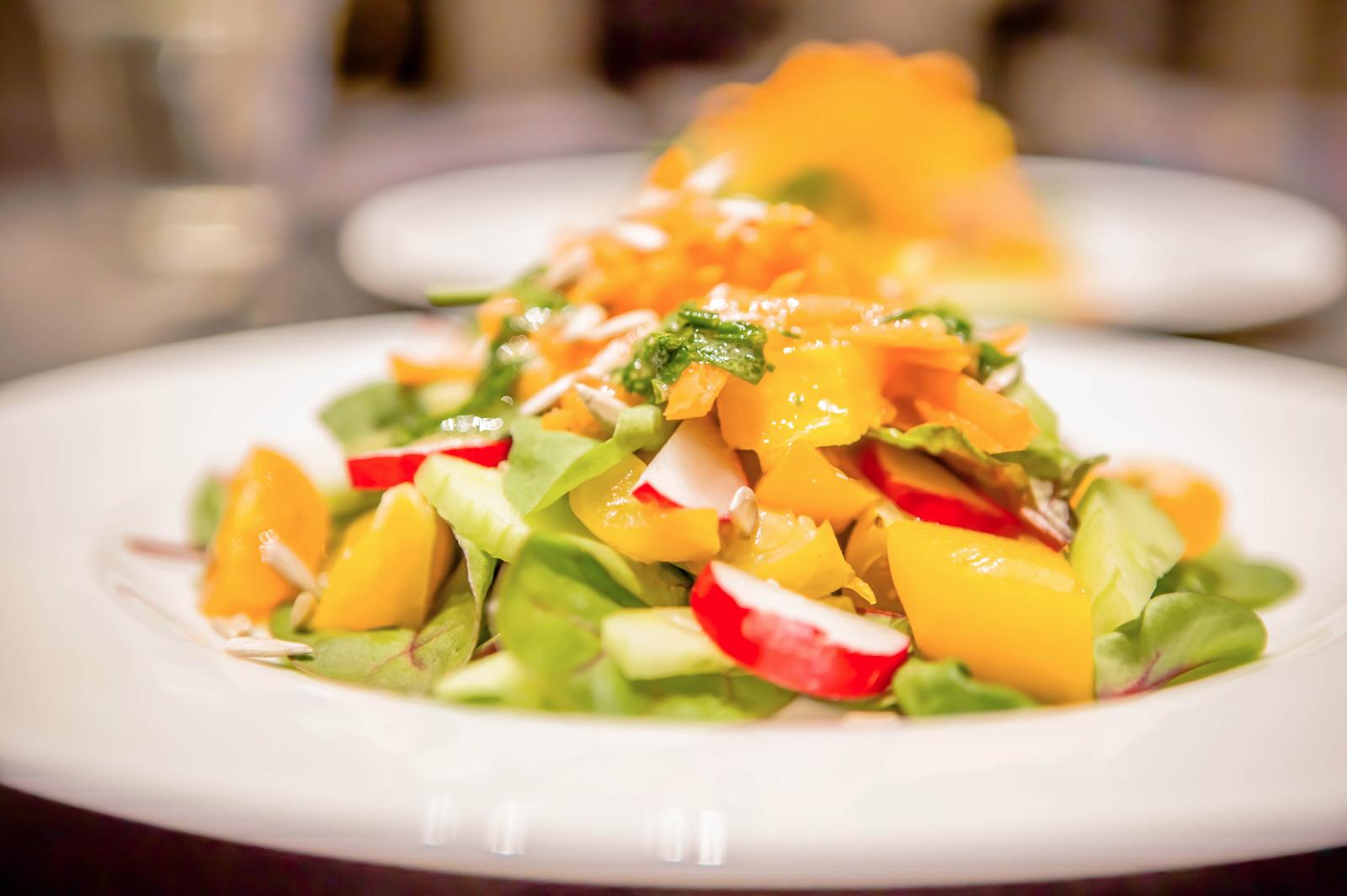 Mangoldsalat angerichtet mit vilem verschiedenen Gemüse