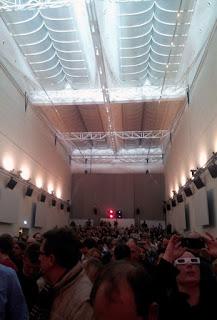 Les spectateurs de la Kunstsammlung, munis de leurs lunettes 3D en carton / photo S. Mazars