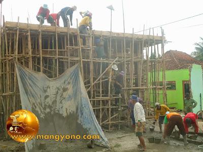 FOTO 4 : Gotong royong pengecoran Mesjid Assyafa'ah, Pagaden Barat, Subang.