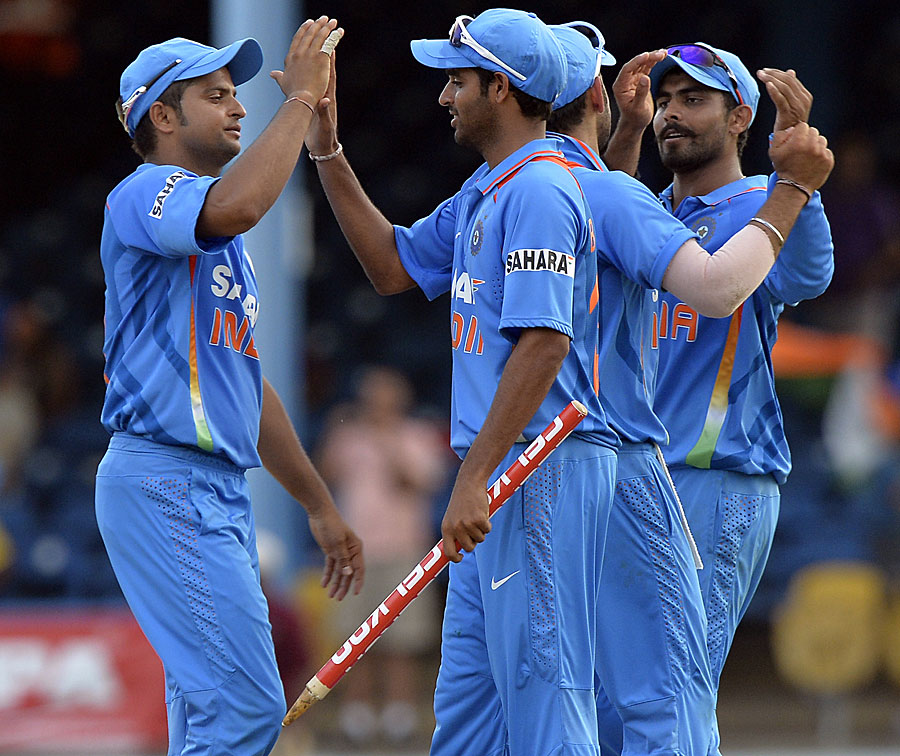 Suresh-Raina-Bhuvneshwar-Kumar-India-vs-Srilanka-Tri-Series-2013