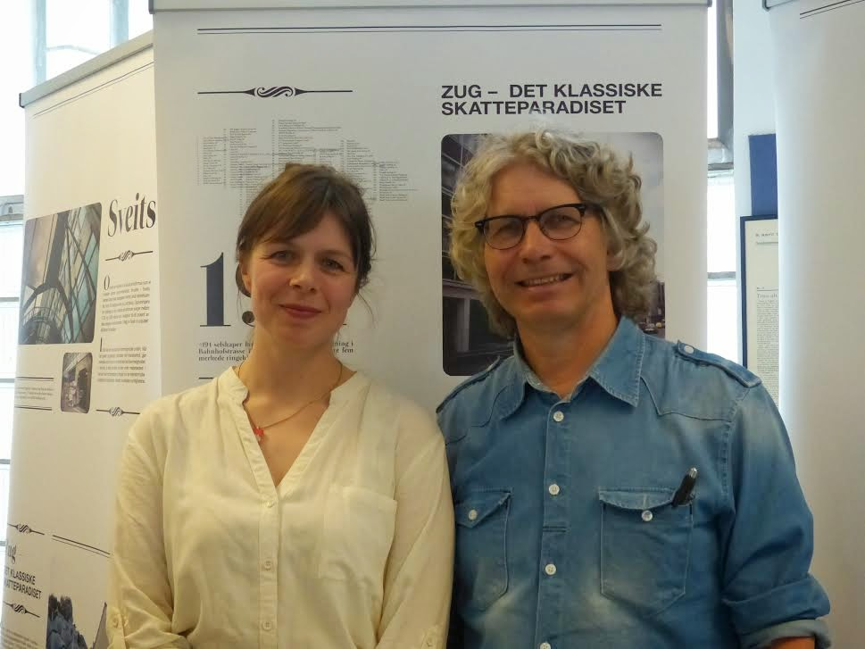 Sigrid Klæboe Jacobsen og Tom Skauge foran utstillingen