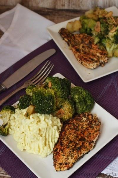Pechuga de pollo a las finas hierbas con puré de patatas y brócolis esparragados