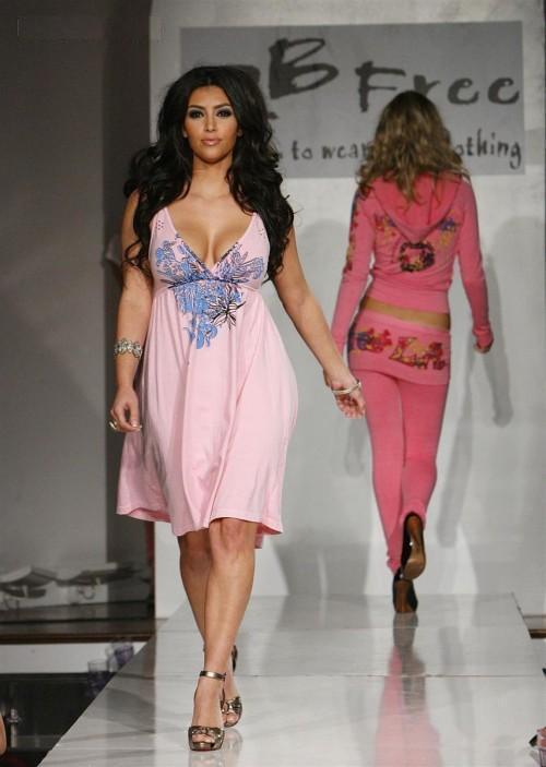http://3.bp.blogspot.com/-tRrzh1ZJyMI/Te2tT9cIC9I/AAAAAAAAEL0/Pv6psAlle00/s1600/Kim_Kardashian_on_the_Ramp.jpg