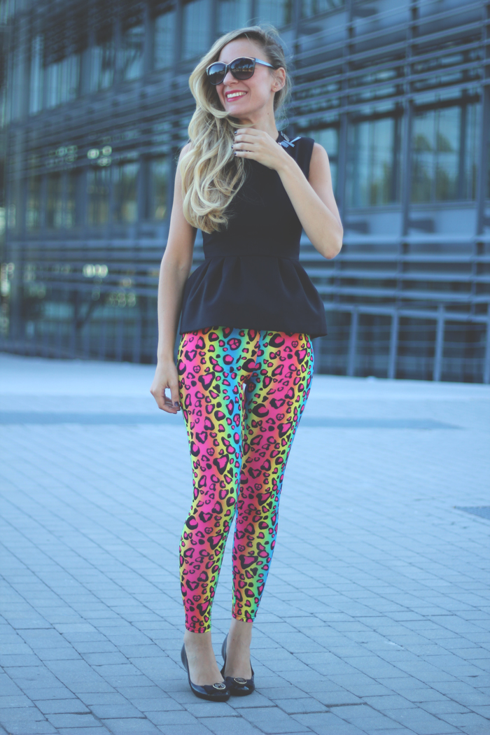 Leggings, neon trend, my showroom, fashion blogger, leopard print, night look, blonde, peplum, red lips,