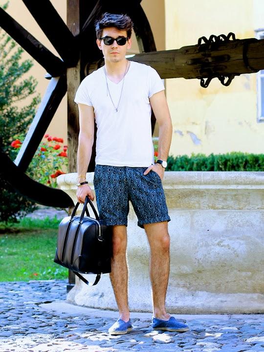 Polo + shorts, una combinación básica y cómoda para el verano, fácil de conseguir. El detalle para hacer de ésta una combinación moderna, y que no se vea