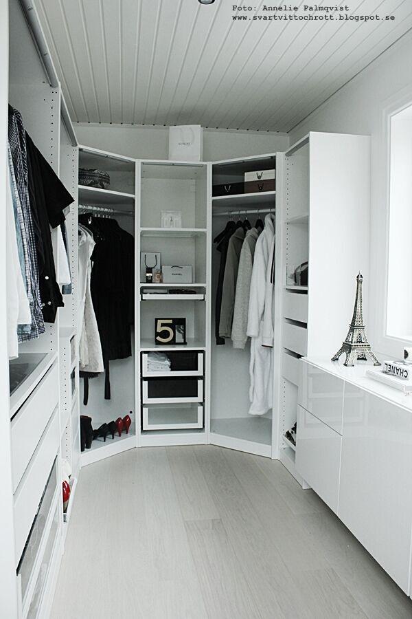 walk in closet, före och efterbilder, före, efter, renovering, renovera, renoverad, renoverade, vitt, svart och vitt, svartvit, svartvita, vitt golv, pashmina färg, matt, skyltdocka, aluminiumfönster, bestå skänk, ikea, öppen garderob, garderober, wic, kläder, skor, webbutik, webbutiker, klädhängare, vitmålade väggar, ljusbox, ljusboxar, ljuslampa, lampr, lampa, förebild, efterbild, böset, eiffeltorn, eiffeltornet i inredningen, chanel, pumps,  ljusstake, fjäder, tavla, poster, posters, konsttryck, print, prints,