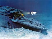 Submarino explorando cada rincón del Titanic, se aprecia una enorme grieta y .