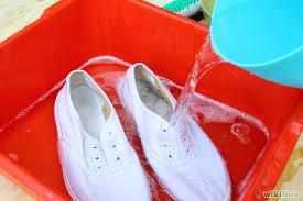 Cara Ampuh Menghilangkan Bau Sepatu