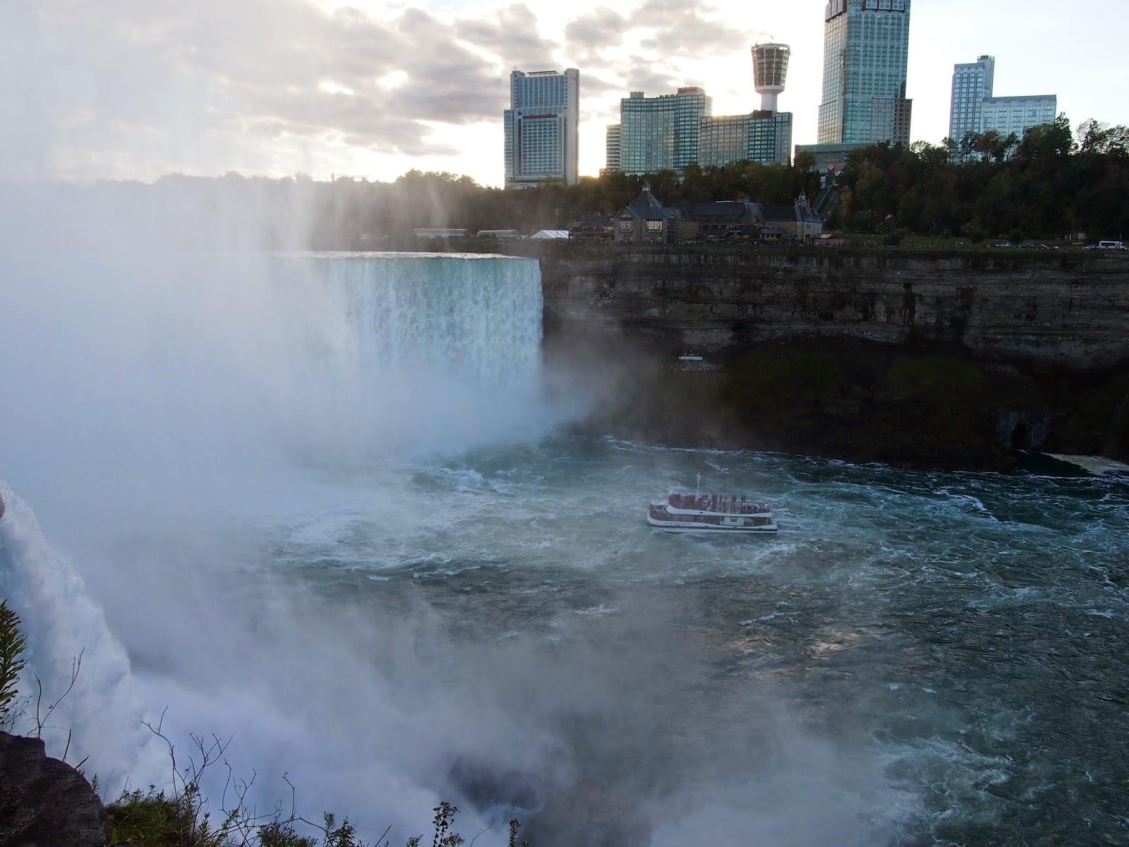アメリカ側からのナイアガラの滝:カナダ側ホテル街