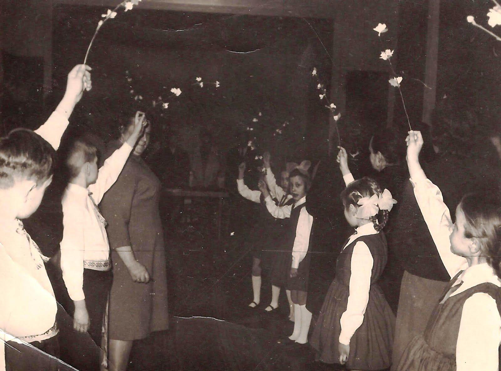 Pensionāru vakars ( pa vidu Dzintra ) - bērni veido ziedu aleju vecajiem ļaudīm