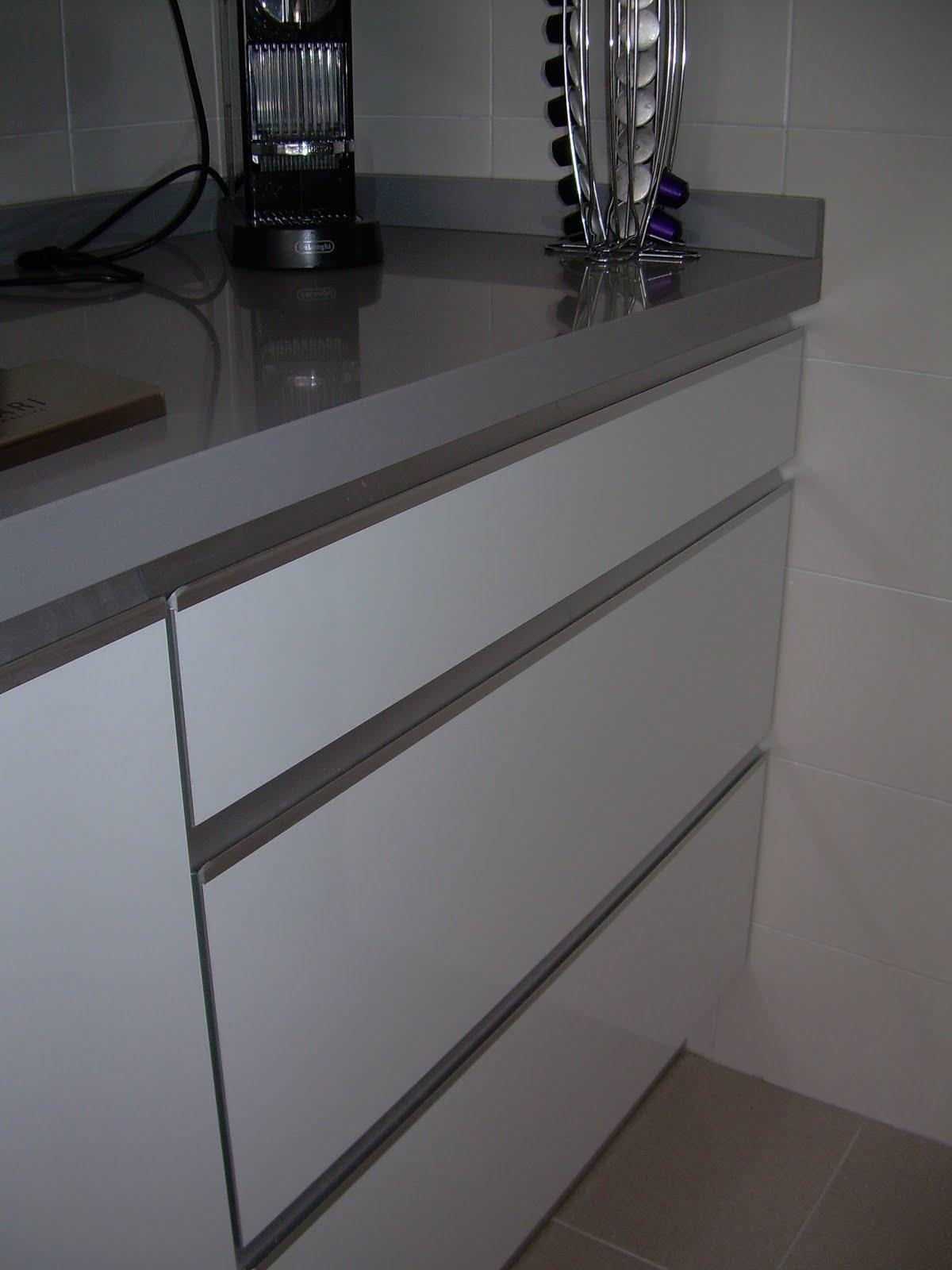 Cocina i blanco brillo con tirador corrido en puerta terral muebles a medida y tarimas de ducha - Tirador mueble cocina ...