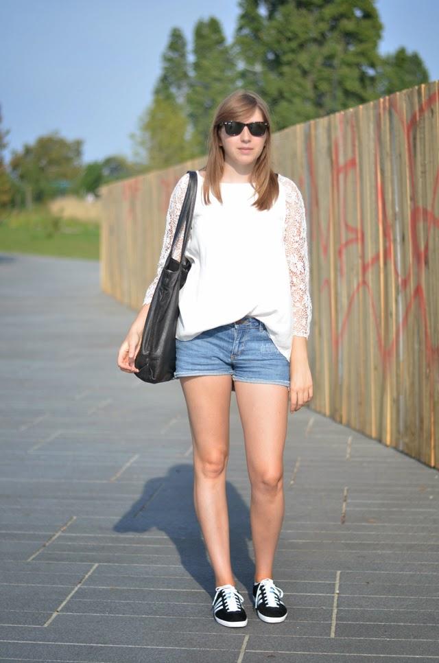 tenue d'été shot jean adidas gazelle blouse dentelle