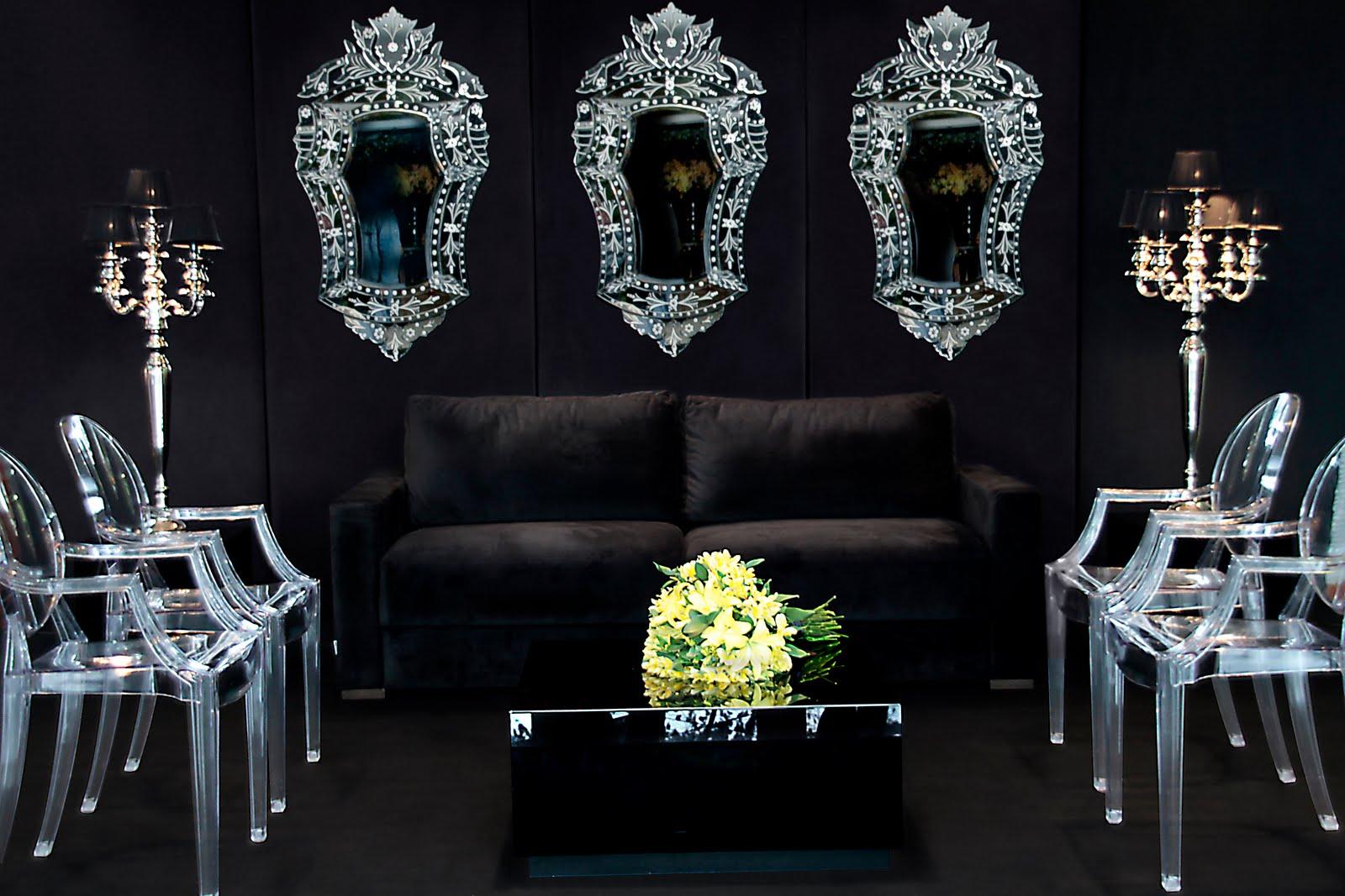 Nesta sala de estar as cadeiras Ghost de Philip Starck são o destaque  #9A9631 1600x1067