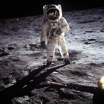 16 Menganalisa Peristiwa Pendaratan Manusia Pertama Kali Di Bulan