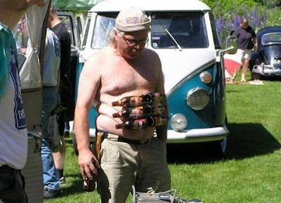 Sixpack mit Bierflaschen aufkleben. Fetter Mann.
