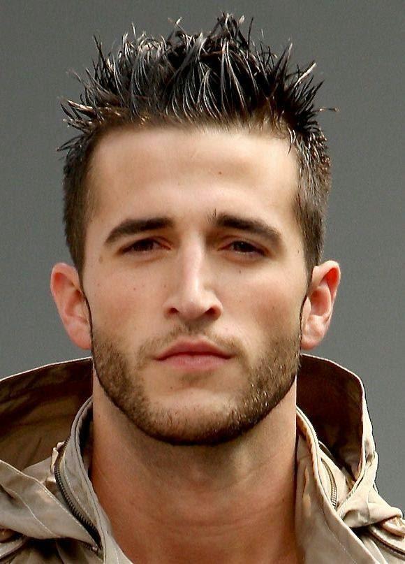 Model gaya rambut spikes ini menjadi sangat populer untuk remaja pria