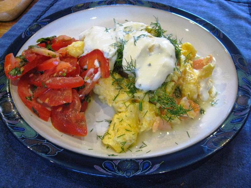 Scrambled egg with dill, creme fraiche and tomato salad