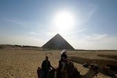 Volá por encima de las pirámides de Gizah