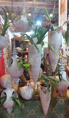artesã; artesão; artista plástico; artesanato; feira; arte popular; lazer; vaso de barro branco