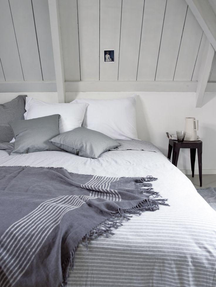 http://www.vtwonen.nl/inspiratie/slaapkamer/slaapkamer-met-krijtstreep/