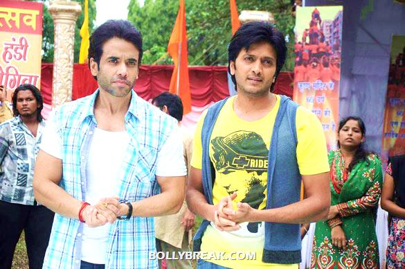Tusshar Kapoor, Riteish Deshmukh - (6) - Riteish & Tusshar on the sets of 'Pavitra Rishta'