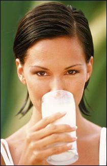 نصائح ذهبية تضمن لكي الرشاقة طول العمر - فتاة بنت امرأة تشرب حليب لبن